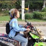 バイクと一緒に並んで飛ぶタンデム走行の鳥