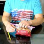 ストロー2本を使ってお菓子の袋を密封する方法