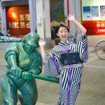 「ドカベン」の山田太郎の銅像にケツバット 悶絶した表情の女子