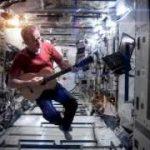 """体もギターも本当に宙を漂う""""Space Oddity""""!"""