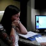生まれつきの聴覚障害を持つ29歳の女性が人工内耳の装着によって初めて「聞こえた」時の動画