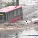 洪水に負けない62番のバス
