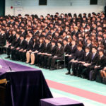 大学入学式、スーツ黒一色の謎?