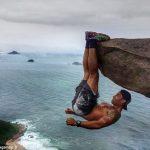 崖から落ちそうになっている写真が撮れるブラジルの観光スポット