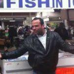 歌って踊れる魚売りの男性、Youtubeで人気を呼びイギリスからメジャーデビュー