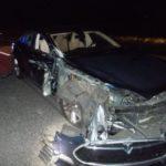 高速道路でテスラを自動操縦(オートパイロット)機能を使って運転中にスマホで映画を見ていた車がパトカーと衝突